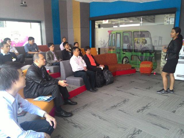 Para peserta mendengarkan presentasi dari Ayu Ginanti